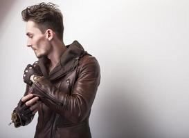 attraente giovane uomo in giacca di pelle.
