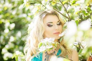 Ritratto di una bellissima giovane donna bionda