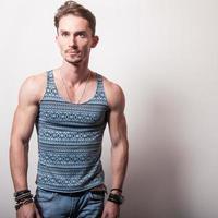 giovane uomo bello in t-shirt turchese.