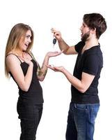 giovane coppia con le chiavi della macchina foto