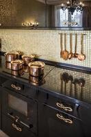 interno della moderna cucina di lusso foto