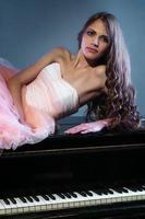 ritratto di donna con pianoforte a coda foto