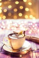 tazza di cioccolata calda sul tavolo di legno foto