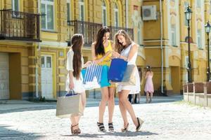 impressioni dallo shopping. tre ragazze attraenti che tengono i sacchetti
