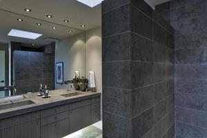 specchio sopra lavabo in bagno foto