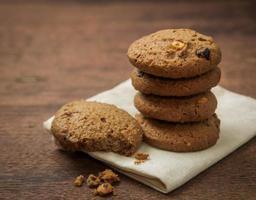 biscotti al cioccolato su fondo in legno. foto