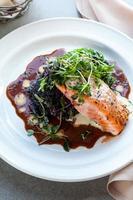 filetto di salmone al ristorante foto