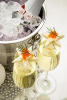 pane stella con caviale rosso e champagne foto
