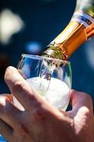 bicchieri di vino con vino e champagne foto