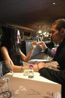 coppia innamorata cenare in un ristorante elegante foto