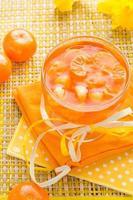 delizioso bicchiere di gelatina di frutta arancione foto