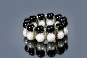 braccialetto di perle su uno sfondo grigio