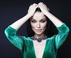 giovane donna graziosa brunett vestita elegante in pelliccia da vicino foto