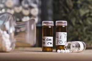 bottiglie e pillole omeopatiche foto