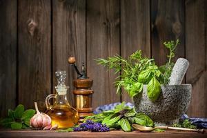 mortaio con erbe aromatiche foto