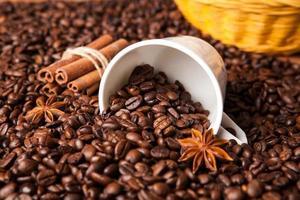 tazza rovesciata con chicchi di caffè
