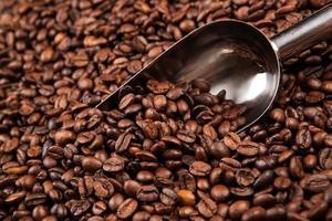chicchi di caffè tostati con scoop foto