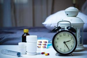 compresse e farmaci in camera da letto durante la notte foto