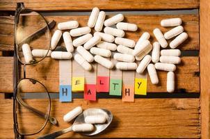 alfabeto sano e droga capsula con gli occhiali foto