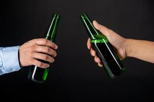 amici tintinnanti bottiglie di birra