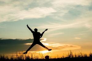 uomo musicista salta durante la riproduzione foto
