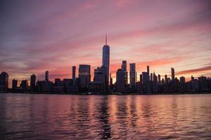skyline della città durante le ore notturne foto