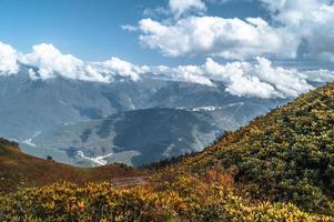 cielo nuvoloso sulle montagne foto