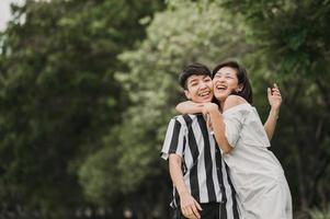felice coppia lesbica asiatica lgbt innamorata foto