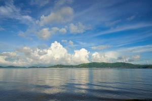vista sul mare al mattino con cielo blu foto