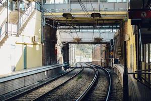stazione ferroviaria durante il giorno foto