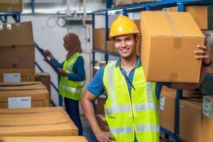 indiano lavoratore uomo con scatola di cartone foto