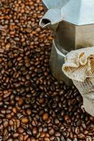 un primo piano di chicchi di caffè foto
