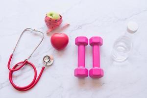attrezzature per il fitness e la dieta sul tavolo di marmo