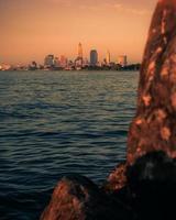skyline della città attraverso l'acqua