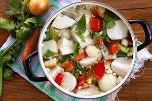 verdure fresche nella pentola foto