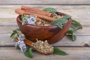 tè in una ciotola di legno