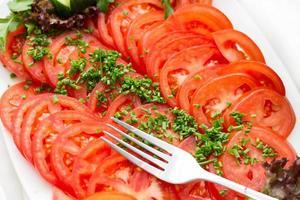 piatto con pomodori freschi a fette foto