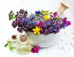 fiore selvatico e foglia di erbe nel mortaio foto