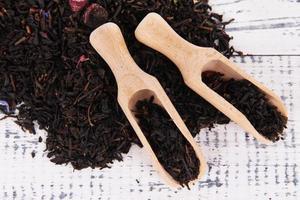 tè secco aromatico su fondo in legno foto