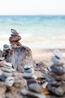 piramide di pietra in spiaggia foto