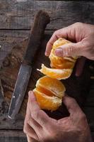 sbucciare un'arancia foto