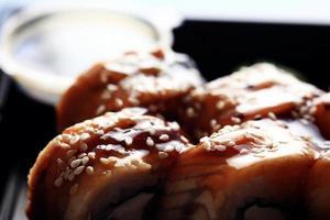 servizio di consegna rotoli di cibo giapponese in scatola di plastica foto