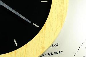 primo piano dell'orologio e della freccia