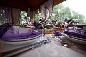 bicchieri di vino vuoti impostati nel ristorante foto