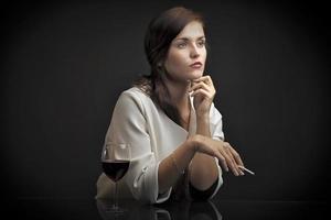 ritratto di donna con un bicchiere di vino e sigarette