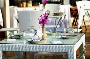 tavolo di vetro e cibo foto