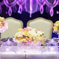 tavolo apparecchiato per il ricevimento di nozze foto