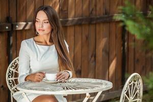 ritratto all'aperto di una bella ragazza in abito bianco di lusso. foto