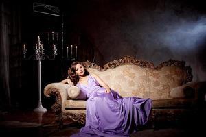 donna alla moda di moda di lusso nel ricco interno foto