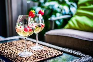 cocktail estivo con frutti di bosco freschi foto